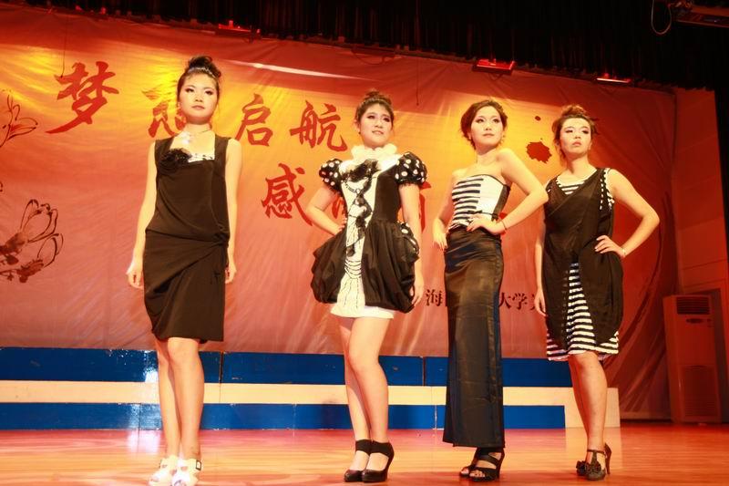 毕业生将自己设计的服装以t台秀的形式展现给观众